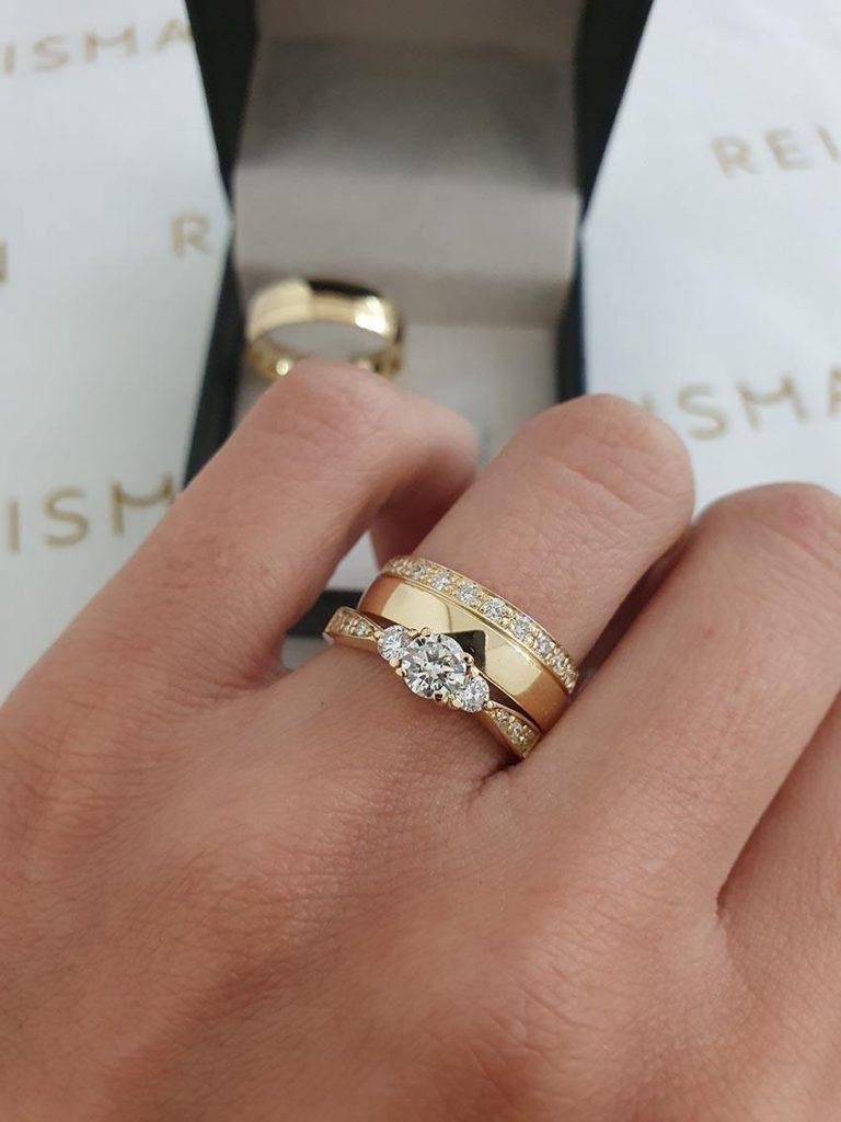 anel com 3 diamantes e aliança de casamento
