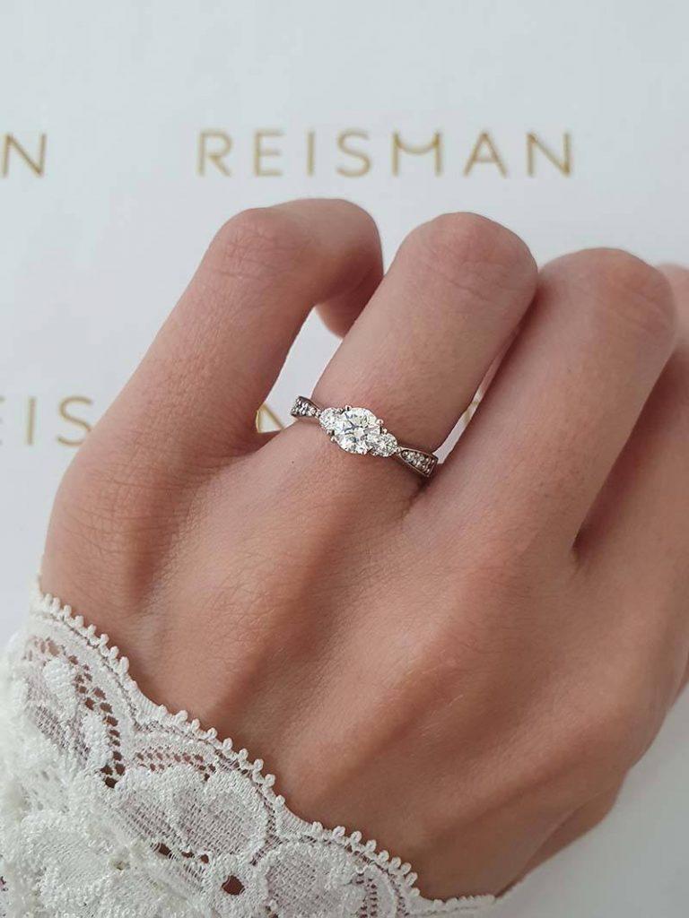 anel três pedras em ouro branco