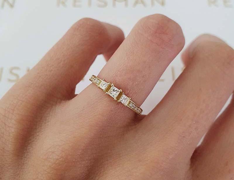 anel três pedras centrais em ouro 18k