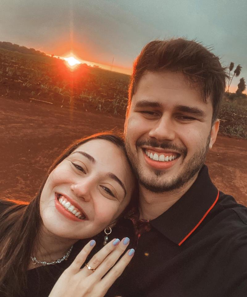 pedido de casamento ao pôr do sol com anel de diamante