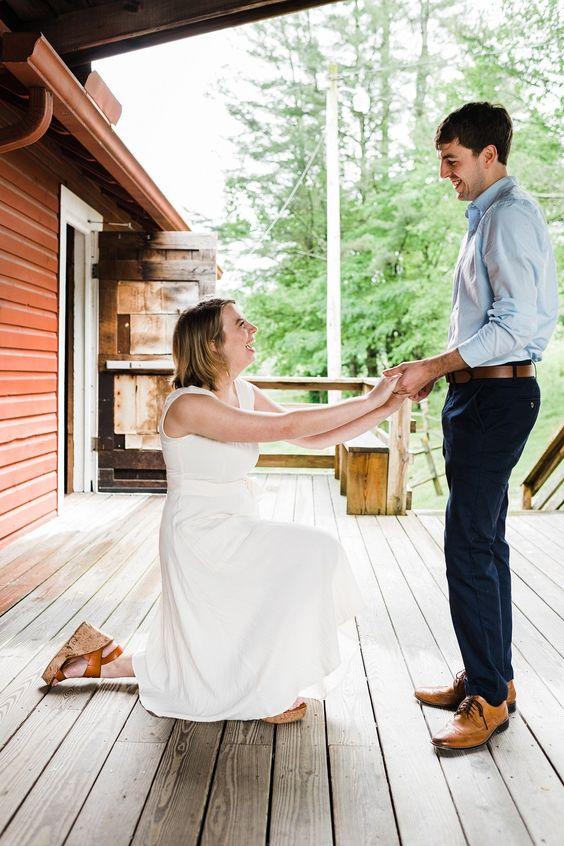 mulher de joelhos fazendo o pedido de casamento
