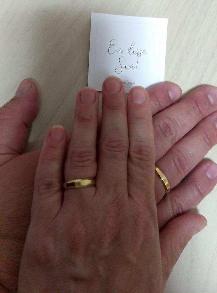 pedido de casamento com alianças de noivado