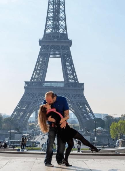 casal de namorados em Paris