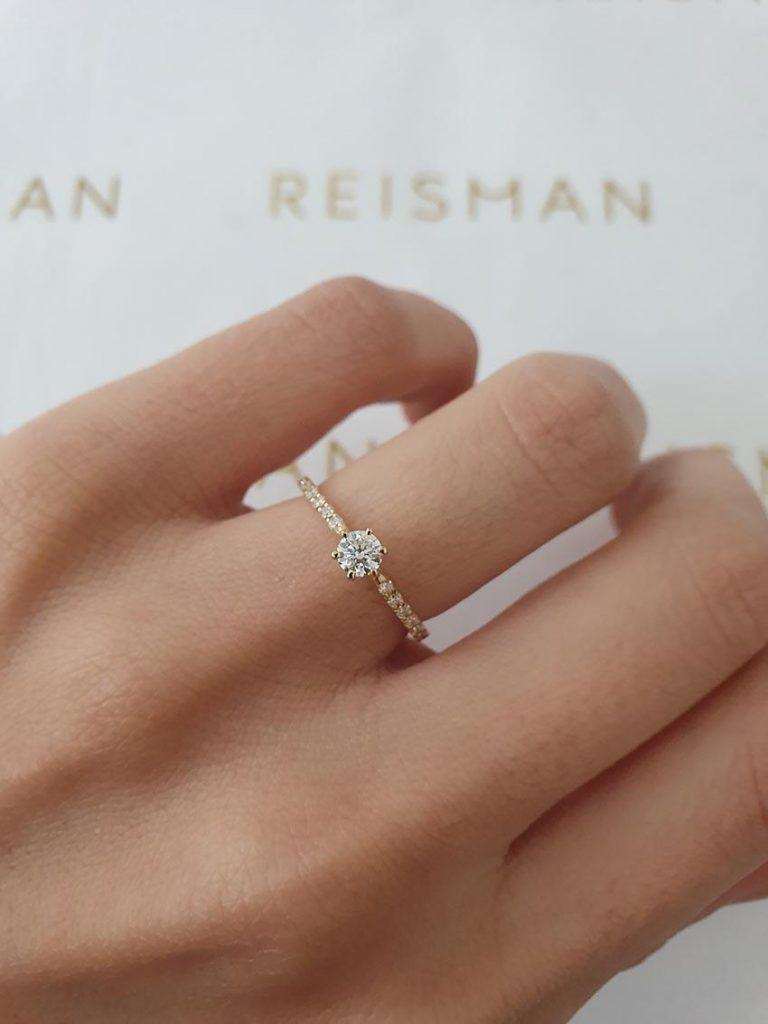 anel de noivado solitário com diamantes
