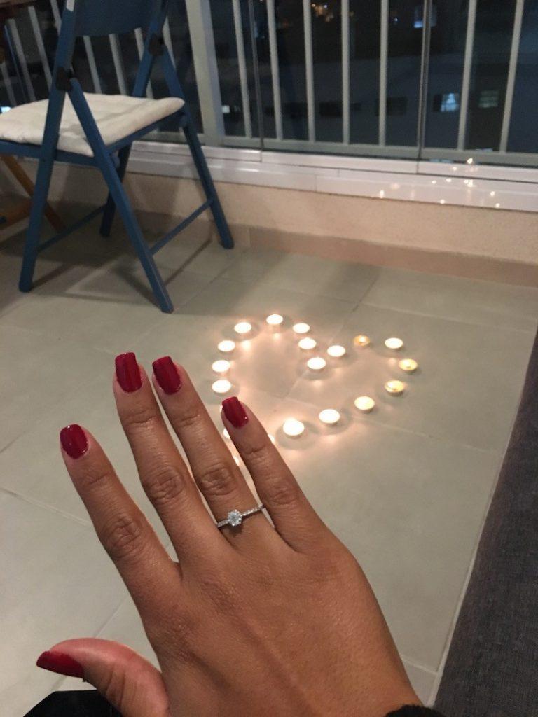 pedido de casamento com anel de noivado com diamantes