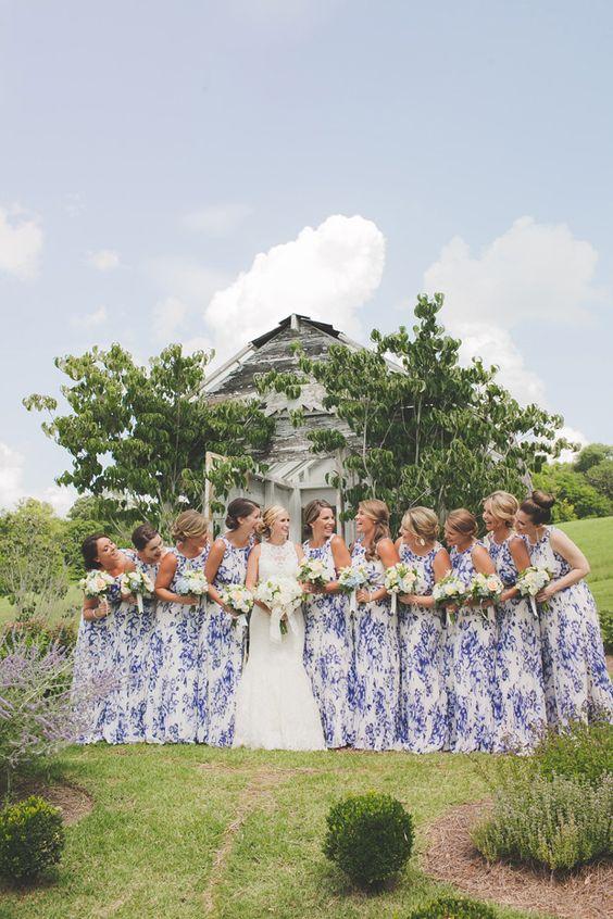 madrinhas de casamento com vestidos iguais com estampa