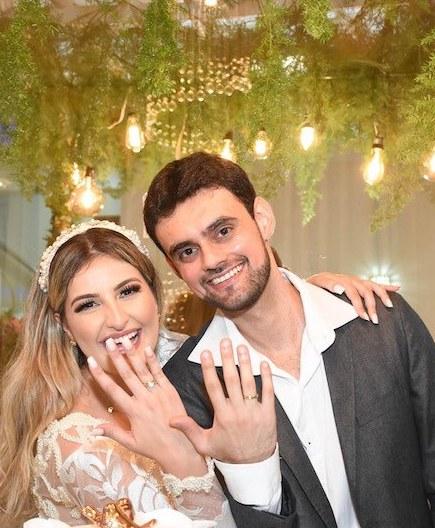 casal de noivos com alianças de noivado