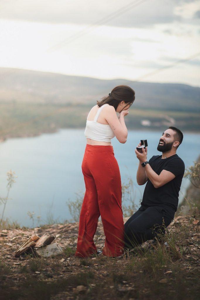 pedido de casamento surpresa em Capitólio com anel