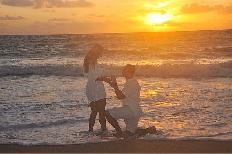 pedido de casamento durante nascer do sol na praia