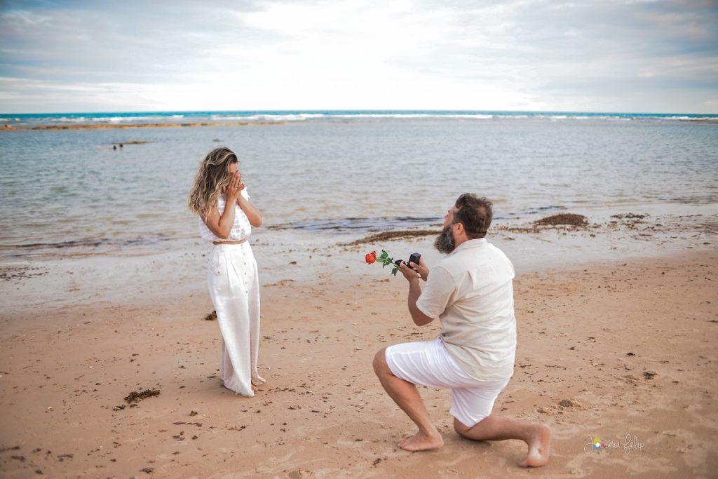 pedido de casamento durante sessão de fotos na praia