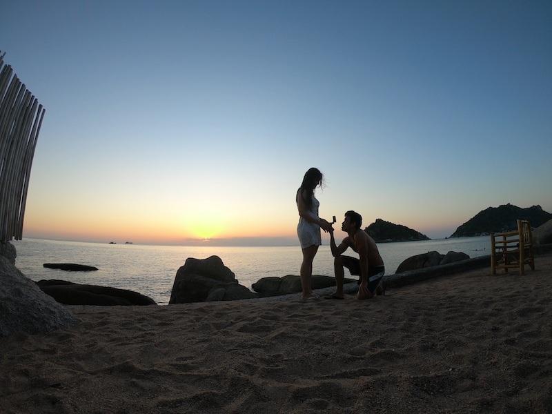 pedido de casamento ao pôr do sol em ilha