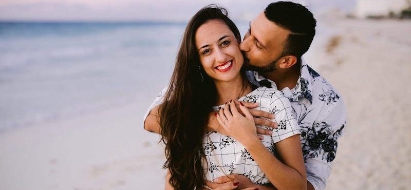 Pedido de casamento em Cancún: ele planejou uma surpresa durante um nascer do sol na praia