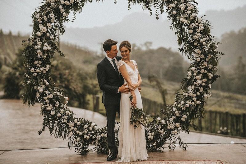 altar de casamento com flores
