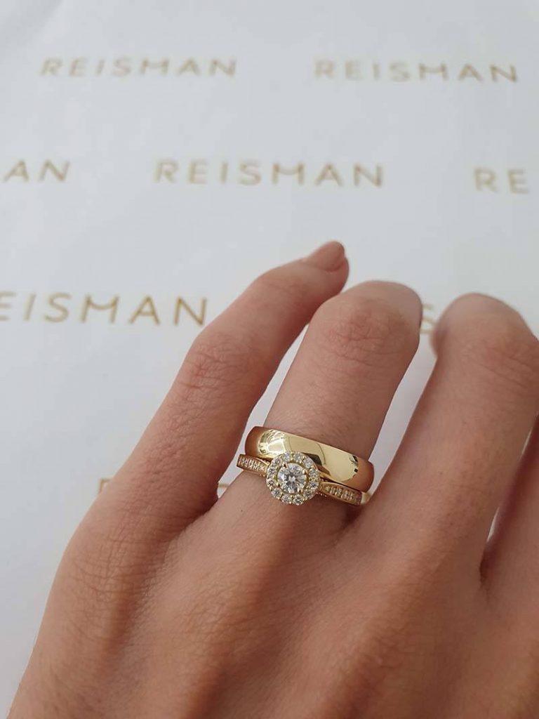 aliança combinada com anel de noivado