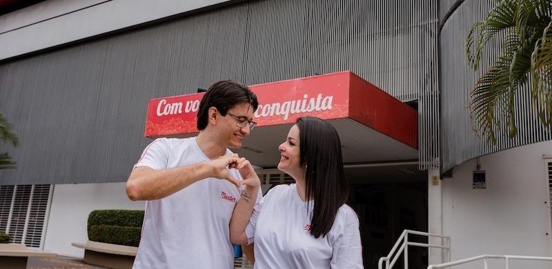 Pedido de casamento: ele fez uma surpresa no colégio onde se conheceram