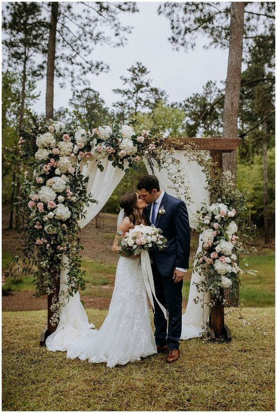 altar de casamento com tecidos