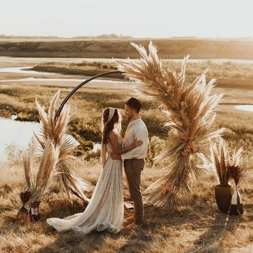 casamento boho com altar capim dos pampas