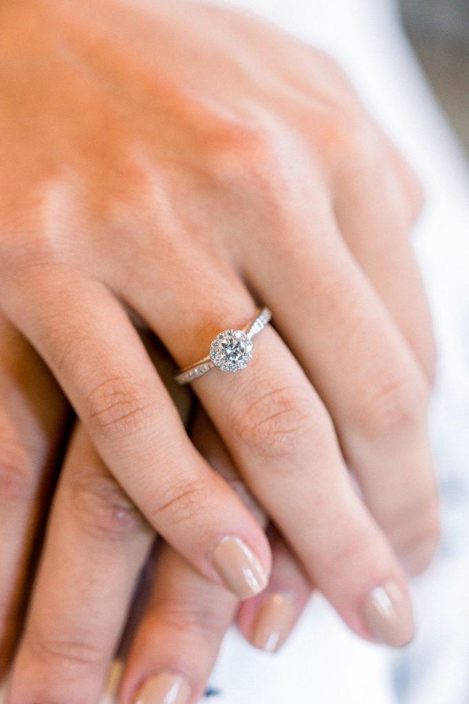 anel de noivado em ouro branco 18k e diamantes