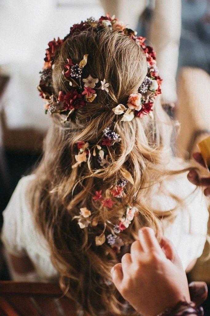 noiva boho com flor no cabelo