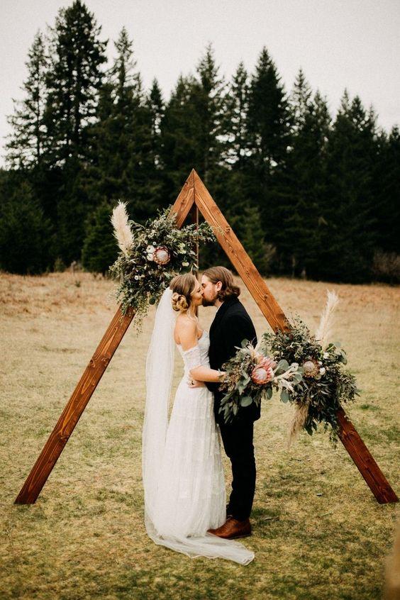 casamento intimista com altar em madeira