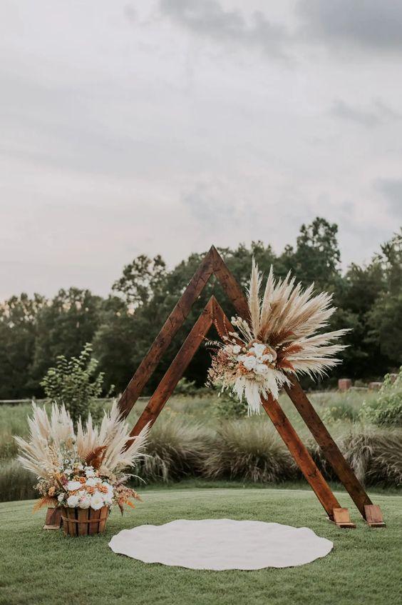 casamento com arco de madeira