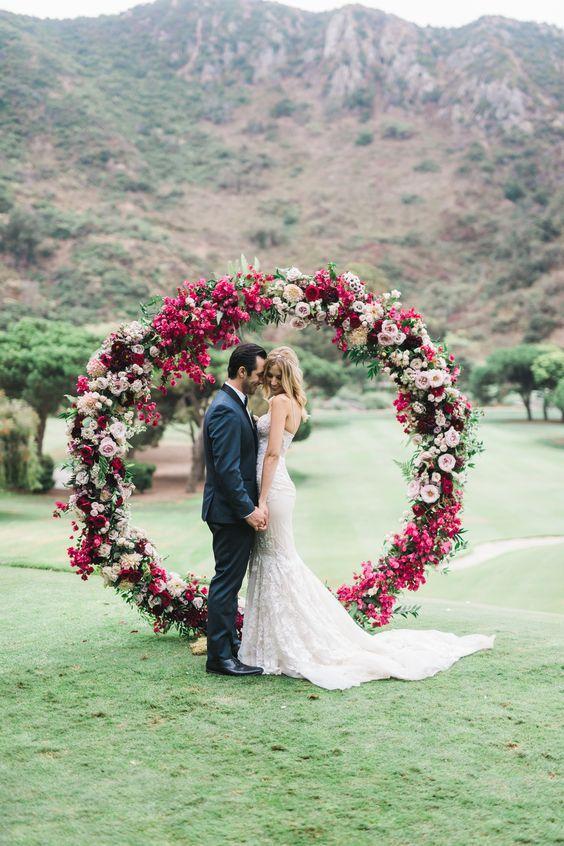 cerimônia no campo com arco floral