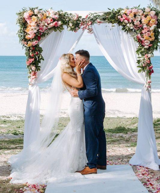 arco com tecido para casamento na praia