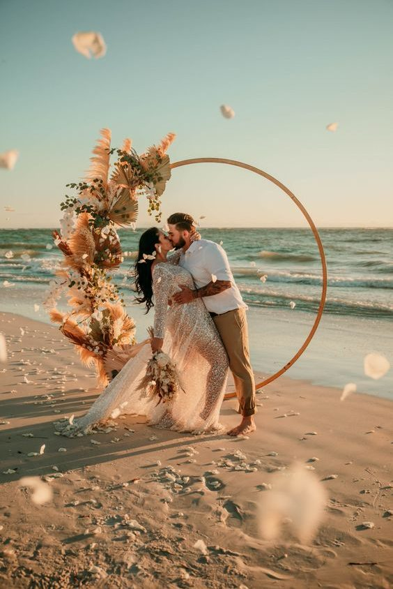 casamento na praia com altar decorado