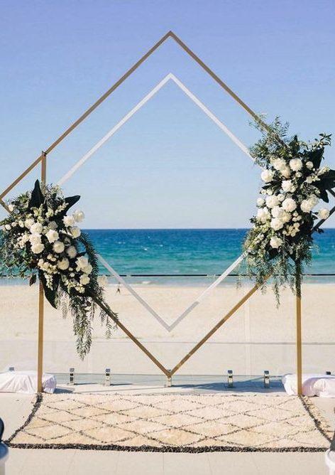 altar de casamento na praia com arco