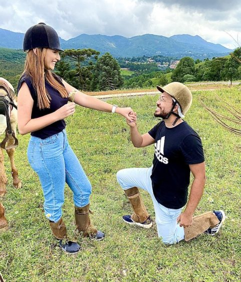 noivo ajoelhado diante de noiva