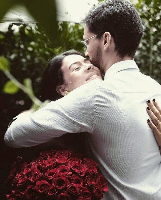 pedido romântico com anel de noivado solitário