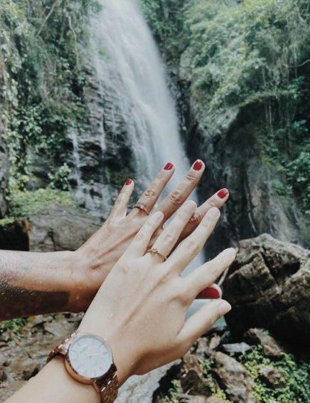 pedido de casamento feito pela mulher com anel de noivado