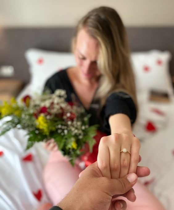 pedido surpresa em casa com anel de noivado