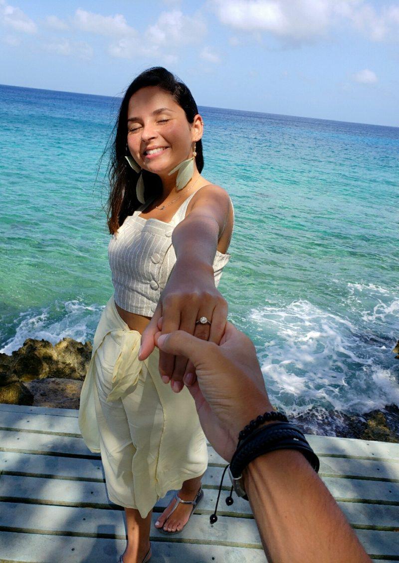 pedido de casamento diante do mar com anel de noivado