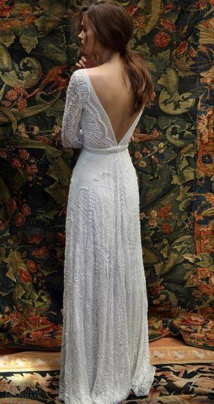 vestido de nova com decote e manga longa