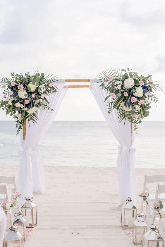 arco com tecido para cerimônia em praia