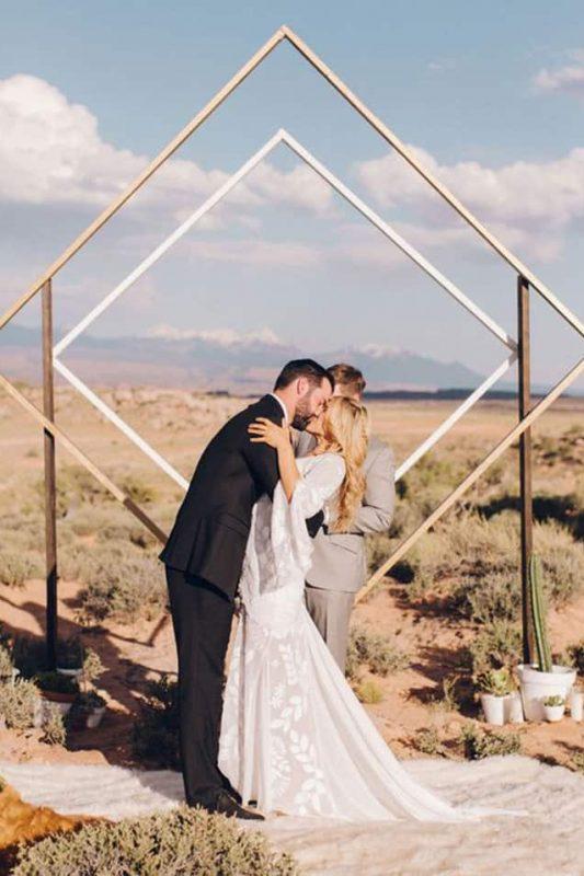 altar de casamento com arco